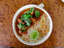 χορτοφάγο κύπελλο ρυζιού με το ζωμό ή το κάρρυ στοκ φωτογραφία με δικαίωμα ελεύθερης χρήσης