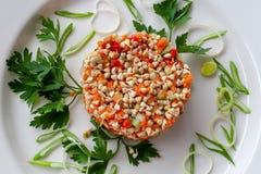 Χορτοφάγο πιάτο: σαλάτα των βλαστημένων σπόρων φαγόπυρου με το αγγούρι στοκ εικόνες