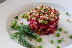 Χορτοφάγο πιάτο: Σαλάτα Vinaigrette των τεύτλων, καρότα, sauerkraut στοκ φωτογραφία