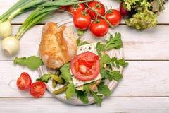 Χορτοφάγο σάντουιτς με τα μαριναρισμένα πιπέρια και το κρεμμύδι μπλε τυριών Στοκ Φωτογραφία