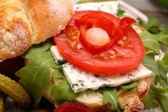 Χορτοφάγο σάντουιτς με τα μαριναρισμένα πιπέρια και το κρεμμύδι μπλε τυριών Στοκ φωτογραφία με δικαίωμα ελεύθερης χρήσης