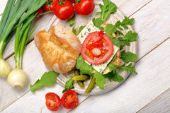 Χορτοφάγο σάντουιτς με τα μαριναρισμένα πιπέρια και το κρεμμύδι μπλε τυριών Στοκ φωτογραφίες με δικαίωμα ελεύθερης χρήσης