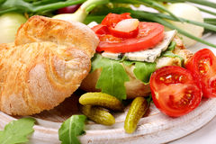 Χορτοφάγο σάντουιτς με τα μαριναρισμένα πιπέρια και το κρεμμύδι μπλε τυριών Στοκ Εικόνες