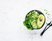Χορτοφάγο φυτικό κύπελλο μικροϋπολογιστής-πρασινάδων θερινών αβοκάντο Τοπ όψη στοκ εικόνα