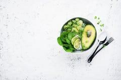 Χορτοφάγο φυτικό κύπελλο μικροϋπολογιστής-πρασινάδων θερινών αβοκάντο Τοπ όψη στοκ εικόνες