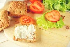 Χορτοφάγο burger με τις ντομάτες, το τυρί και το μαρούλι στοκ εικόνες
