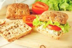 Χορτοφάγο burger με τις ντομάτες, το τυρί και το μαρούλι στοκ φωτογραφία με δικαίωμα ελεύθερης χρήσης