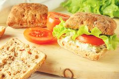 Χορτοφάγο burger με τις ντομάτες, το τυρί και το μαρούλι στοκ φωτογραφίες με δικαίωμα ελεύθερης χρήσης