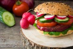 Χορτοφάγο burger τεύτλων σε ένα αγροτικό ξύλο Στοκ εικόνα με δικαίωμα ελεύθερης χρήσης