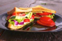 Χορτοφάγο burger φιαγμένο από παντζάρια, ντομάτα, σαλάτα καλαμποκιού και arugula στο ξύλινο υπόβαθρο Στοκ φωτογραφίες με δικαίωμα ελεύθερης χρήσης