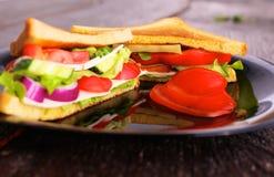Χορτοφάγο burger φιαγμένο από παντζάρια, ντομάτα, σαλάτα καλαμποκιού και arugula στο ξύλινο υπόβαθρο Στοκ Φωτογραφία
