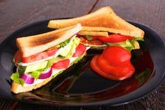 Χορτοφάγο burger φιαγμένο από παντζάρια, ντομάτα, σαλάτα καλαμποκιού και arugula στο ξύλινο υπόβαθρο Στοκ εικόνες με δικαίωμα ελεύθερης χρήσης