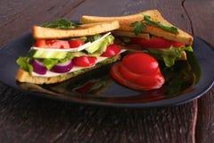 Χορτοφάγο burger φιαγμένο από παντζάρια, ντομάτα, σαλάτα καλαμποκιού και arugula στο ξύλινο υπόβαθρο Στοκ Εικόνα