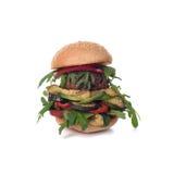 Χορτοφάγο chickpea falafel burger με το arugula, τα κολοκύθια, το αβοκάντο και τη μουστάρδα Απομονωμένος στο λευκό Στοκ φωτογραφία με δικαίωμα ελεύθερης χρήσης