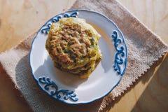Χορτοφάγο vegan πρόχειρο φαγητό διατροφής, fritter σε ένα πιάτο των κολοκυθιών με τα χορτάρια Πρόχειρο φαγητό σε μια ξύλινη επιφά Στοκ Εικόνες