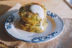 Χορτοφάγο vegan πρόχειρο φαγητό διατροφής, fritter σε ένα πιάτο των κολοκυθιών με τα χορτάρια Πρόχειρο φαγητό σε μια ξύλινη επιφά Στοκ εικόνα με δικαίωμα ελεύθερης χρήσης