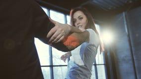 Χορός άσκησης κοριτσιών με έναν τύπο απόθεμα βίντεο