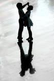 Χορός αγοριών και κοριτσιών Στοκ φωτογραφία με δικαίωμα ελεύθερης χρήσης