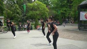 Χορός αθλητικής αερόμπικ σε ένα πάρκο απόθεμα βίντεο