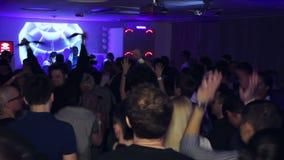 Χορός ανδρών και γυναικών στην ντισκοτέκ που χτυπά τα χέρια απόθεμα βίντεο