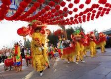 Χορός λιονταριών για να γιορτάσει το κινεζικό νέο έτος Στοκ Φωτογραφίες
