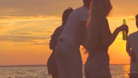 Χορός κομμάτων παραλιών απόθεμα βίντεο