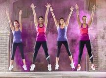 Χορός κοριτσιών χαμόγελου ζωηρόχρωμος έξω στοκ εικόνες με δικαίωμα ελεύθερης χρήσης