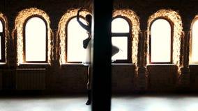 Χορός μπαλέτου χορού ζεύγους στο σύγχρονο στούντιο απόθεμα βίντεο