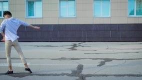 Χορός οδών που εκτελείται από έναν ελκυστικό νεαρό άνδρα Συναισθηματική απόδοση στη μέση της πόλης φιλμ μικρού μήκους