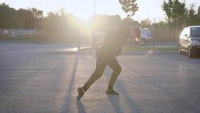 Χορός οδών που εκτελείται από έναν ελκυστικό νεαρό άνδρα Συναισθηματική απόδοση στη μέση της πόλης απόθεμα βίντεο
