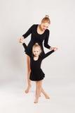 Χορός παιδιών διδασκαλίας Mom Μητέρα και κόρη Στοκ φωτογραφία με δικαίωμα ελεύθερης χρήσης