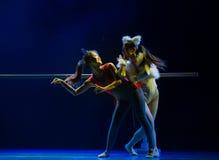 Χορός ποντίκι-παιδιών σύλληψης γατών Στοκ εικόνες με δικαίωμα ελεύθερης χρήσης