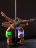 Χορός Πολωνού Δύο εύκαμπτα κορίτσια που κάνουν handstand Στοκ Εικόνες