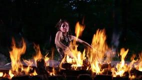 Χορός πυρκαγιάς στη νύχτα απόθεμα βίντεο