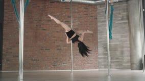 Χορός πόλων κατάρτισης νέων κοριτσιών 4K απόθεμα βίντεο