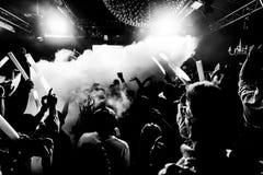 Χορός πλήθους σε μια συναυλία και ακροατήριο σε ένα φεστιβάλ μουσικής Στοκ φωτογραφία με δικαίωμα ελεύθερης χρήσης
