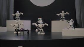 Χορός ρομπότ Humanoid Ομάδα χαριτωμένου χορού ρομπότ Κλείστε του έξυπνου χορού ρομπότ παρουσιάζει Χορός ρομπότ Humanoid σε 4k φιλμ μικρού μήκους