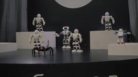Χορός ρομπότ Humanoid Ομάδα χαριτωμένου χορού ρομπότ Κλείστε του έξυπνου χορού ρομπότ παρουσιάζει Χορός ρομπότ Humanoid σε 4k απόθεμα βίντεο