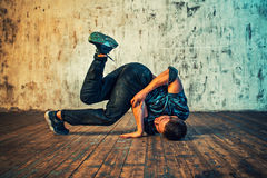 Χορός σπασιμάτων νεαρών άνδρων Στοκ εικόνα με δικαίωμα ελεύθερης χρήσης