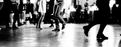 Χορός στο εκλεκτής ποιότητας και αναδρομικό ύφος κομμάτων μουσικής ταλάντευσης στοκ εικόνες με δικαίωμα ελεύθερης χρήσης