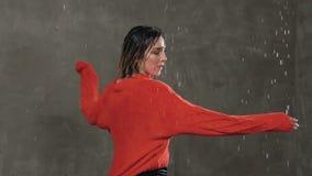 χορός σύγχρονος Ο υγρός χορευτής κοριτσιών κάνει την περιστροφή γύρω από την στο στούντιο κάτω από το νερό βροχής, ενώπιον του ελ απόθεμα βίντεο