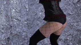 Χορός της Νίκαιας Όμορφο κορίτσι που χορεύει επαγγελματικά σε ένα γκρίζο υπόβαθρο απόθεμα βίντεο