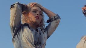 Χορός των ενεργητικών και τολμηρών εφηβικών κοριτσιών απόθεμα βίντεο