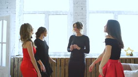 Χορός φίλων Εύθυμες νέες γυναίκες που χορεύουν και που έχουν το κόμμα διασκέδασης στην κρεβατοκάμαρα απόθεμα βίντεο