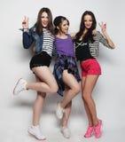 Χορός φίλων νέων κοριτσιών της χαράς στο πλήρες μήκος Στοκ Εικόνες