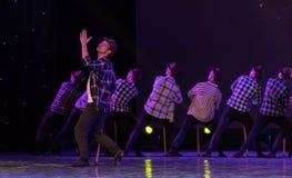 Χορός-χιουμοριστικός παλαιός άτομο-κινεζικός σύγχρονος χορός δεκανικιών στοκ φωτογραφία με δικαίωμα ελεύθερης χρήσης
