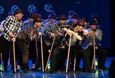 Χορός-χιουμοριστικός παλαιός άτομο-κινεζικός σύγχρονος χορός δεκανικιών στοκ εικόνα