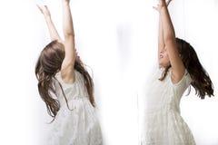 Χορός δύο μικρών κοριτσιών στοκ φωτογραφίες με δικαίωμα ελεύθερης χρήσης