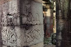 Χορός Apsara στο στυλοβάτη του αρχαίου ναού στην περιοχή Angkor Στοκ Φωτογραφίες