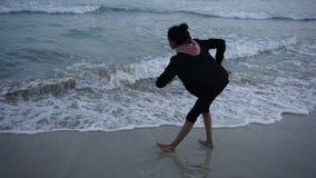 Χορός Moana κοριτσιών στα όμορφα κύματα θάλασσας σε Menorca Στοκ εικόνα με δικαίωμα ελεύθερης χρήσης